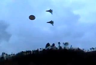 Πολεμικά αεροσκάφη συνοδεύουν ΑΤΙΑ σε πολεμική μυστική βάση!