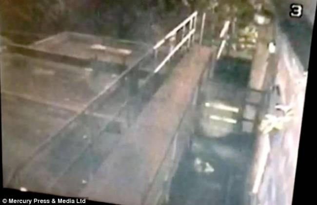 Ανατριχιαστικό βίντεο: Φάντασμα… βολτάρει σε εγκαταλελειμμένη παμπ!